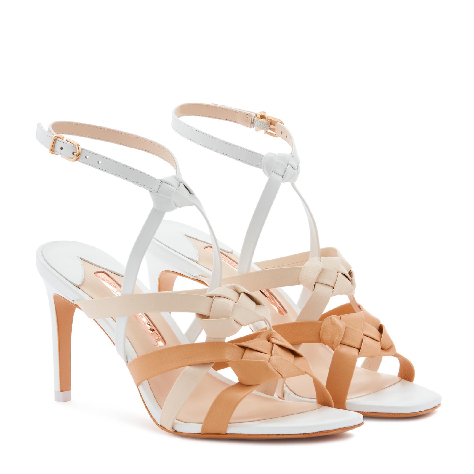 Ramona, è la scarpa perfetta che indosserai più e più volte. Con un tacco medio da 85 mm super confortevole e una tomaia in pelle intrecciata, la Ramona è di classe in una colorazione bianca e cammello.